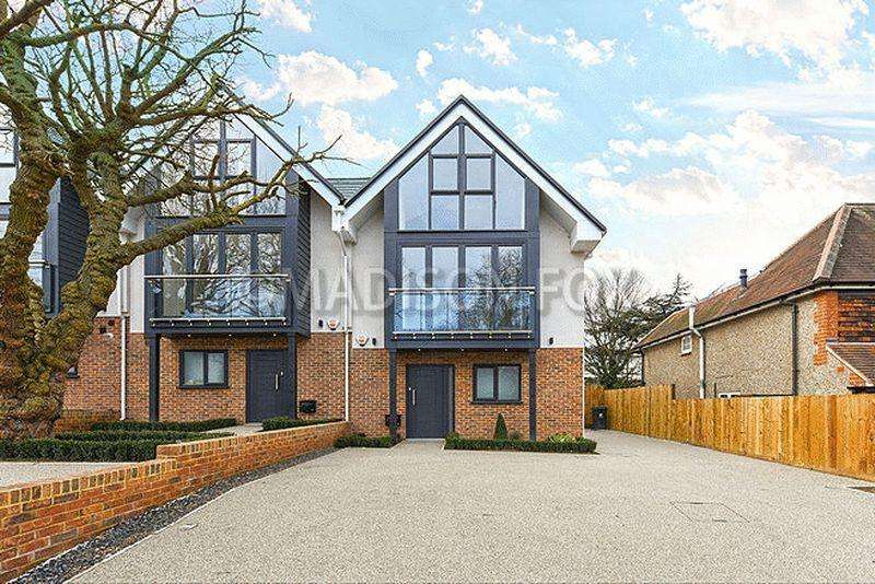 4 Bedrooms End Of Terrace House for sale in Hainault Road, Chigwell, IG7