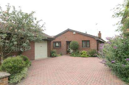 3 Bedrooms Bungalow for sale in Dennis Drive, Chester, Cheshire, CH4