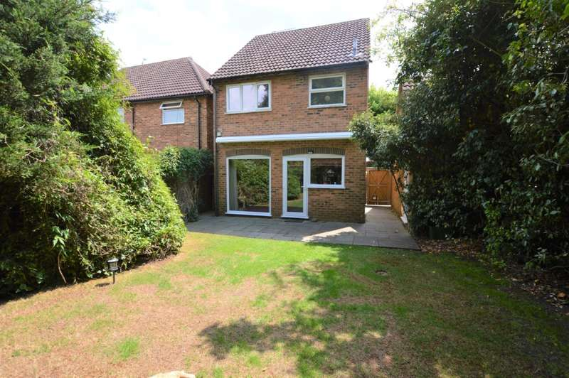 3 Bedrooms Detached House for sale in Field Close, Burghfield Common, Reading, RG7