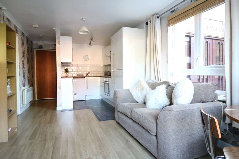 1 Bedroom Apartment Flat for sale in Lilley Court, Heath Hill Road South, Crowthorne, Berkshire, RG45