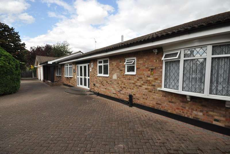 3 Bedrooms Detached Bungalow for sale in Nelmes Road, Hornchurch, Essex, RM11