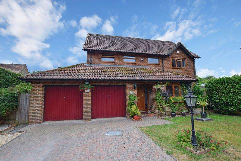 4 Bedrooms Detached House for sale in Greenfield Drive, Uckfield, TN22