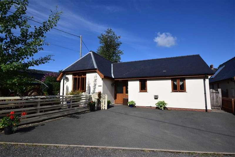 2 Bedrooms Detached Bungalow for sale in Maes Y Blodai, Llanbrynmair, Llanbrynmair, Powys, SY19