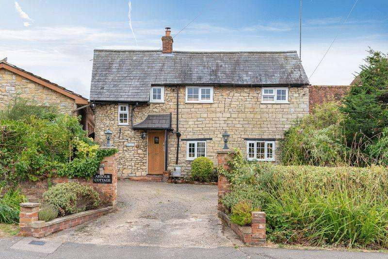 2 Bedrooms Detached House for sale in Desirable village location