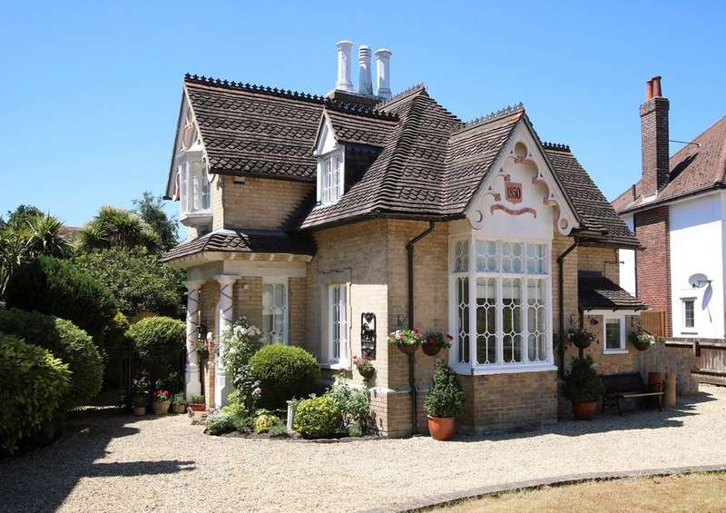 3 Bedrooms Detached House for sale in Alumhurst Road, Alum Chine, Westbourne, BH4