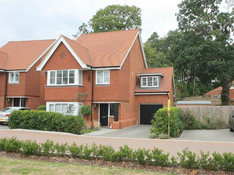 4 Bedrooms Detached House for sale in Adonis Close, Frimley, Surrey