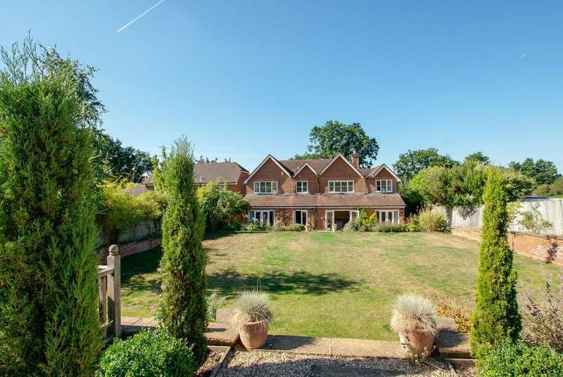 4 Bedrooms Detached House for sale in Hulfords Lane, Hartley Wintney