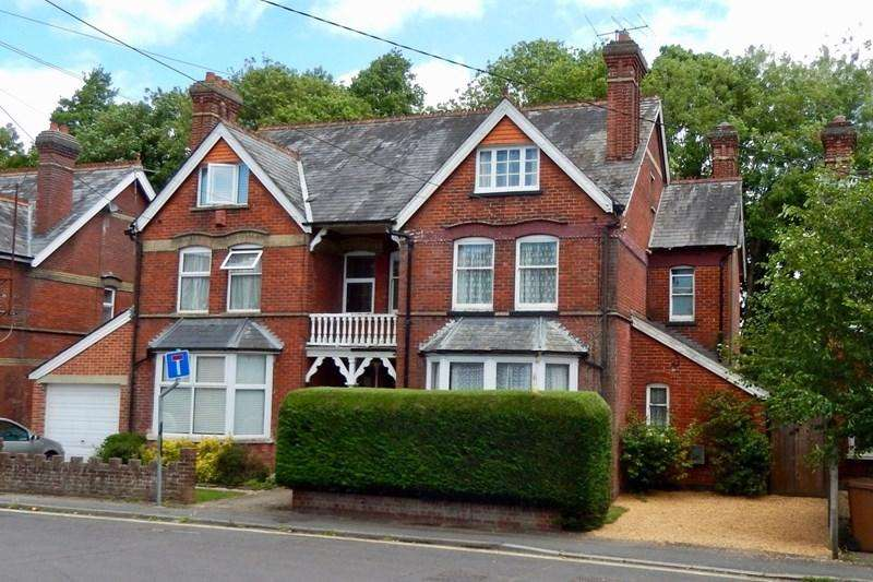 6 Bedrooms Semi Detached House for sale in Junction Road, Andover