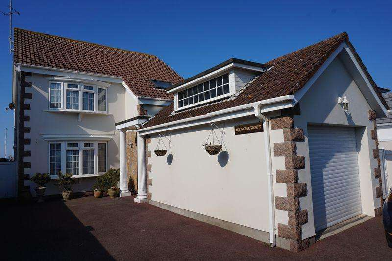 3 Bedrooms Detached House for sale in On the Sea Wall