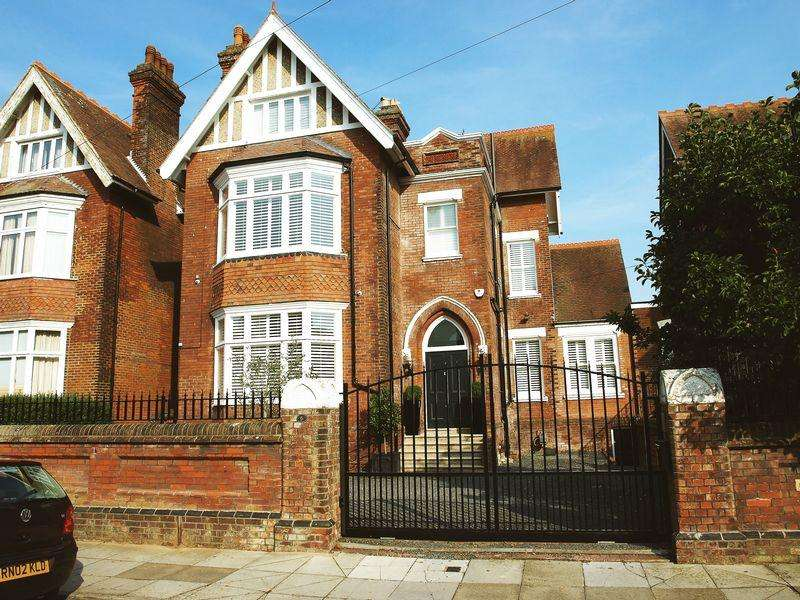 5 Bedrooms Link Detached House for sale in IMPRESSIVE FIVE BEDROOM LINK-DETACHED HOME