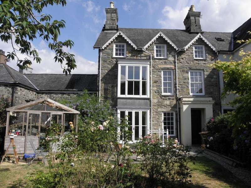 4 Bedrooms Terraced House for sale in Plas Uchaf, Dolgellau, LL40 1LS