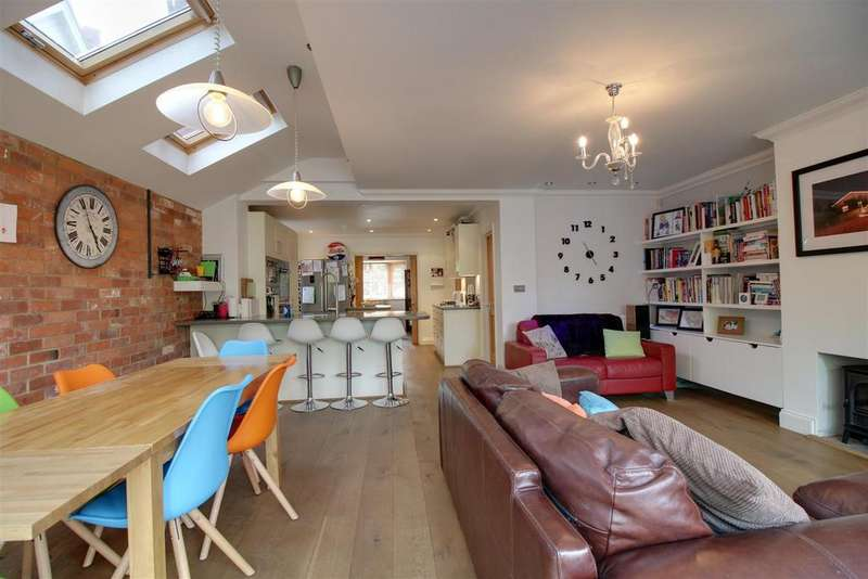 4 Bedrooms Detached House for sale in Horseshoe Road, Pangbourne, Reading