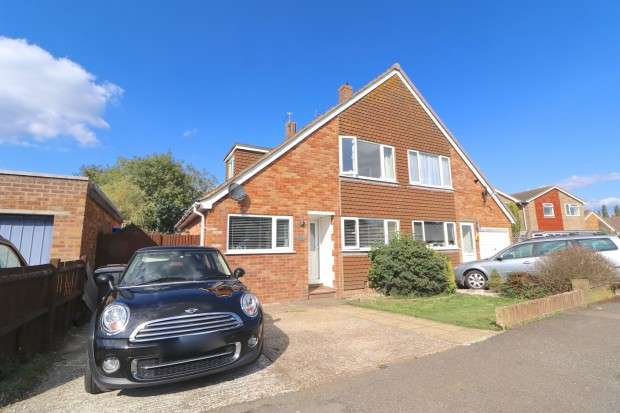 3 Bedrooms Semi Detached House for sale in Manor Park Road, Hailsham, BN27