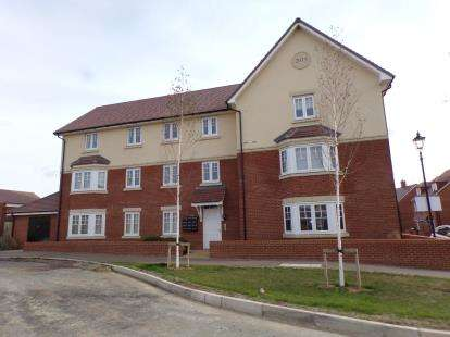 2 Bedrooms Flat for sale in Dangeld Avenue, Great Denham, Bedford, Bedfordshire