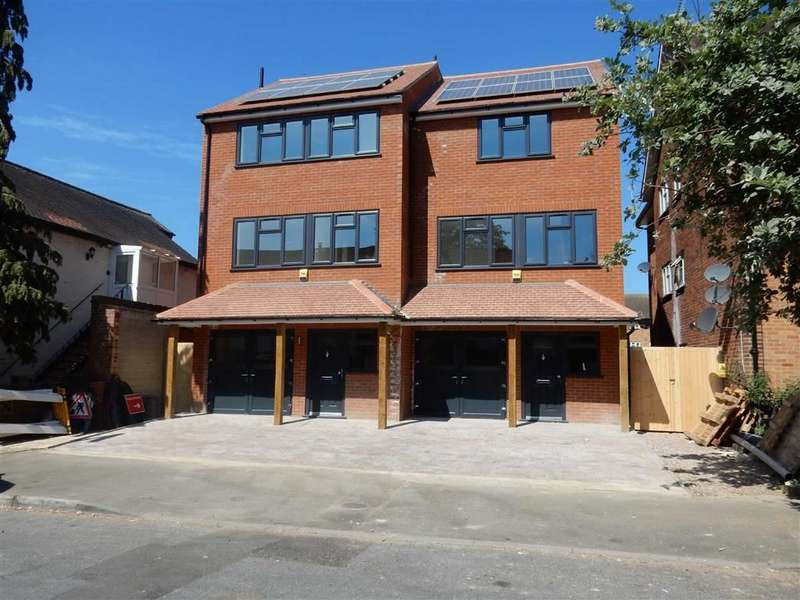 4 Bedrooms Semi Detached House for sale in Percy Avenue, Ashford, Middlesex