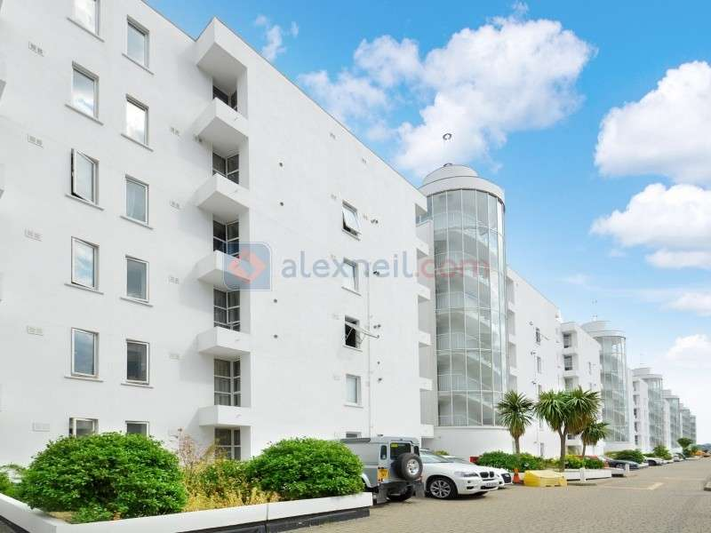 2 Bedrooms Flat for sale in Barrier Point Road, Newham E16