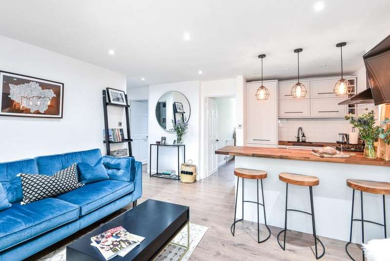 2 Bedrooms Ground Flat for sale in Belvedere Road London SE19
