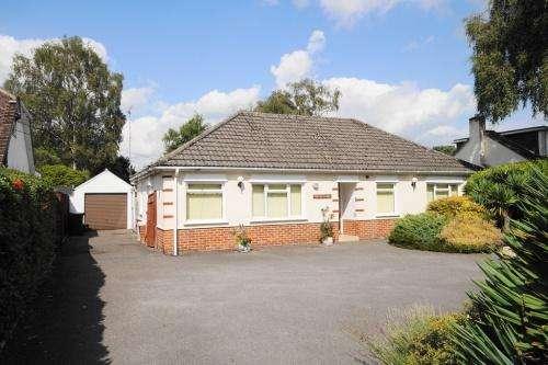3 Bedrooms House for sale in Uplands Road, West Moors, Ferndown, Dorset