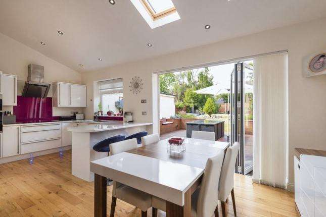 3 Bedrooms Semi Detached House for sale in Restons Crescent, London
