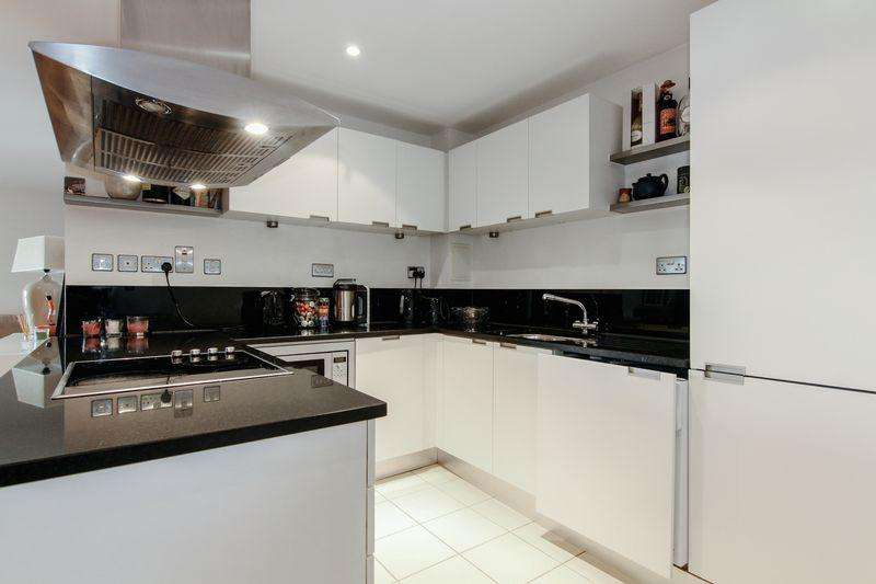 2 Bedrooms Apartment Flat for sale in Spacious internal two bed in Castle Court, Putney Wharf.