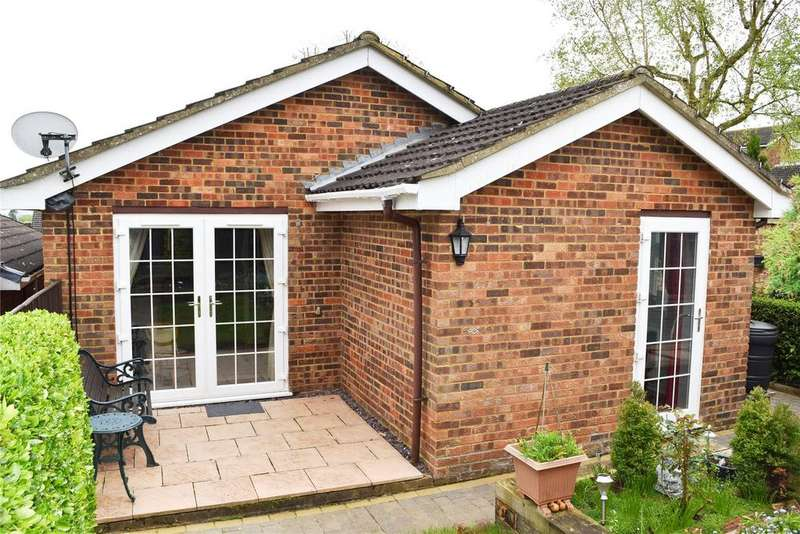 2 Bedrooms Detached Bungalow for sale in Grasmere Way, Linslade