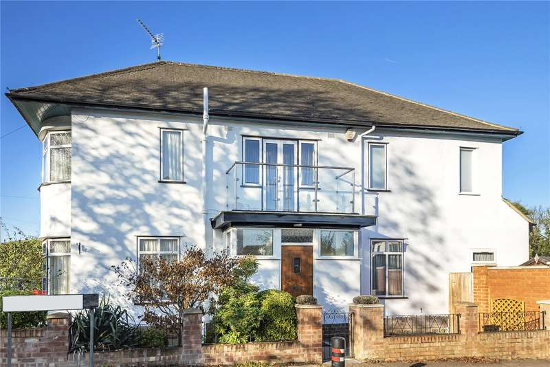 4 Bedrooms Detached House for sale in Westbury Close, Ruislip, Middlesex, HA4