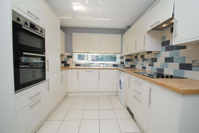 4 Bedrooms Detached House for sale in Michaels Mead, Cirencester