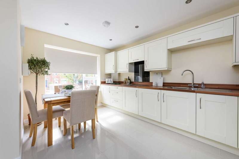 3 Bedrooms Semi Detached House for sale in Le Safferne Gardens, Norwich