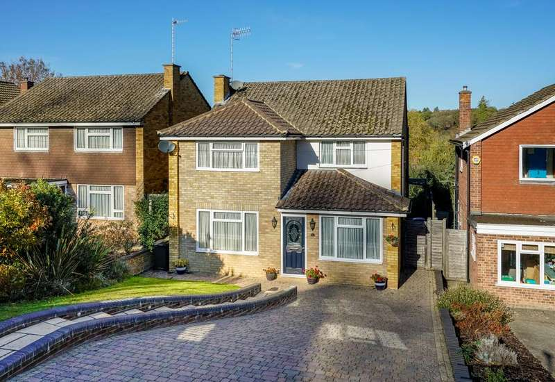 4 Bedrooms Detached House for sale in Hillside Gardens, Berkhamsted HP4