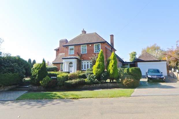 5 Bedrooms Detached House for sale in Maple House Maple Walk, Cooden, Bexhill-on-Sea, TN39