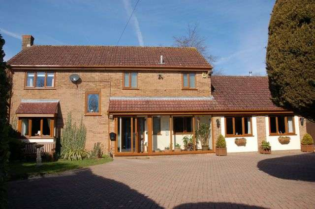 4 Bedrooms Detached House for sale in Park View, Moulton, Northampton NN3 7UZ