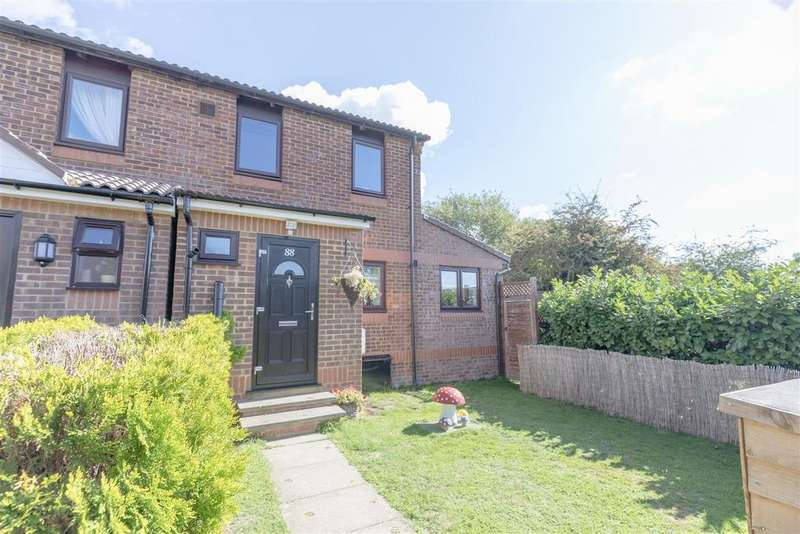 3 Bedrooms Semi Detached House for sale in Cobb Close, Datchet, Slough