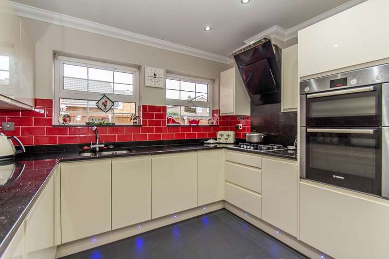 4 Bedrooms Detached House for sale in Hannett Road, Canvey Island, SS8