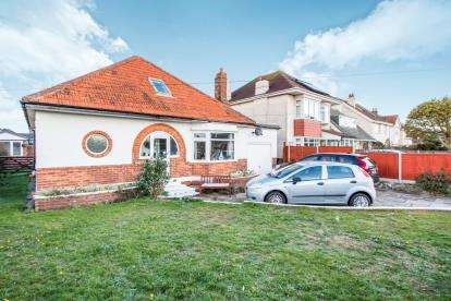 3 Bedrooms Bungalow for sale in Mudeford, Christchurch, Dorset