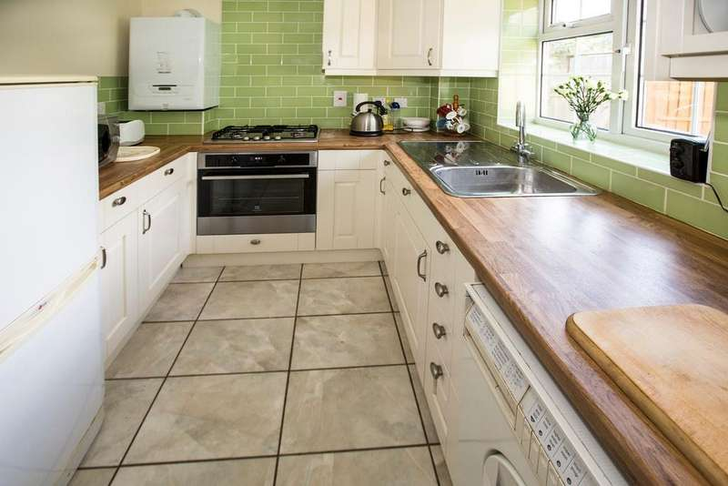 2 Bedrooms Maisonette Flat for sale in Robinson Court, Earley, Reading