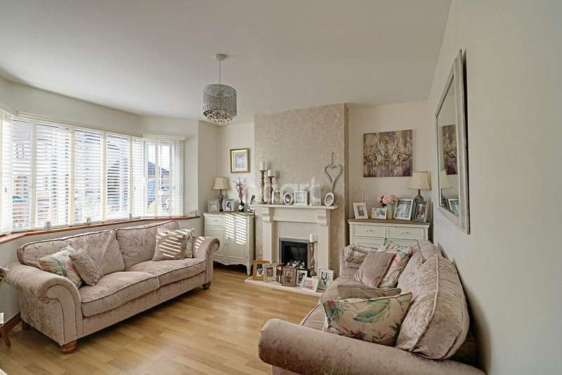 3 Bedrooms Terraced House for sale in Broad Avenue, Bedford