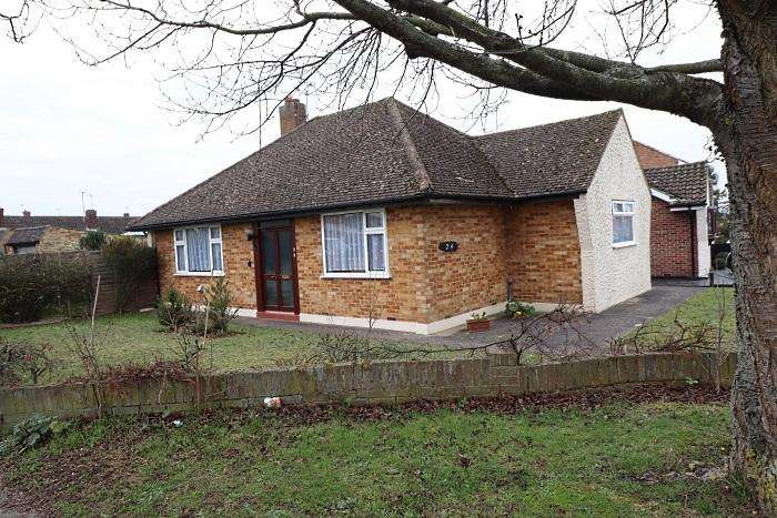 2 Bedrooms Detached Bungalow for sale in MAYFLOWER WAY, MARDEN ASH, ONGAR M5