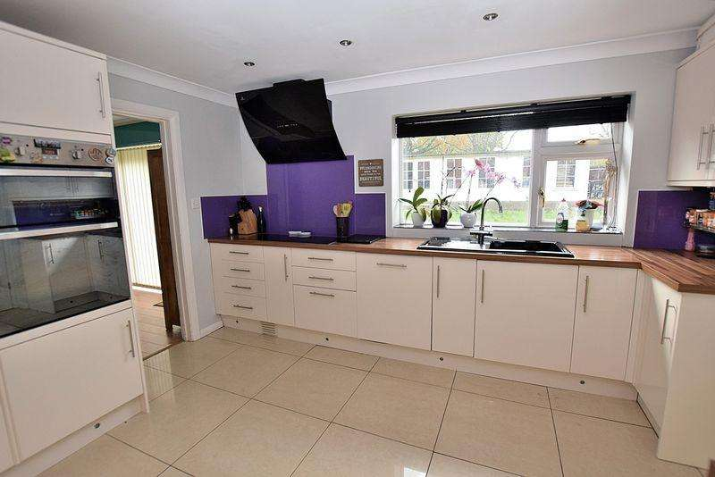 4 Bedrooms Detached House for sale in Open and SPACIOUS family home on an excellent plot