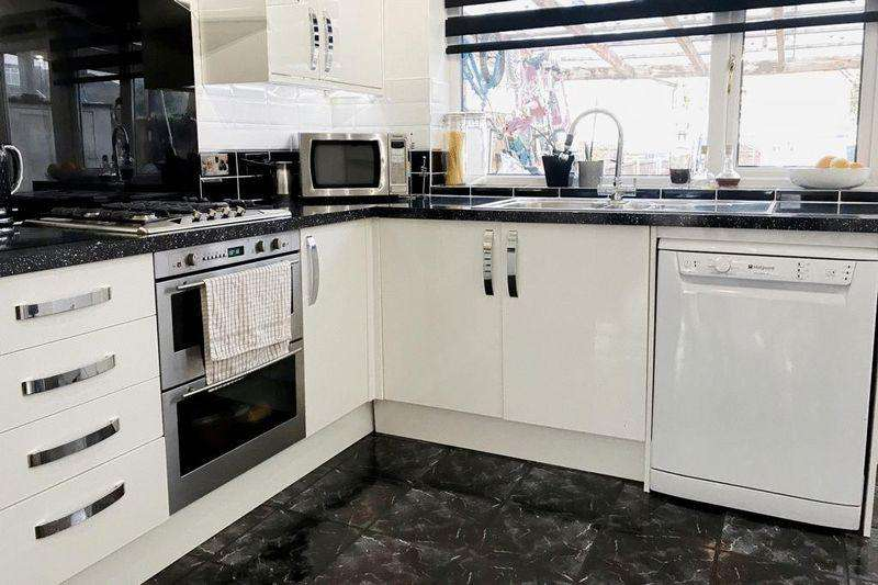 3 Bedrooms Terraced House for sale in Brierley Avenue, London