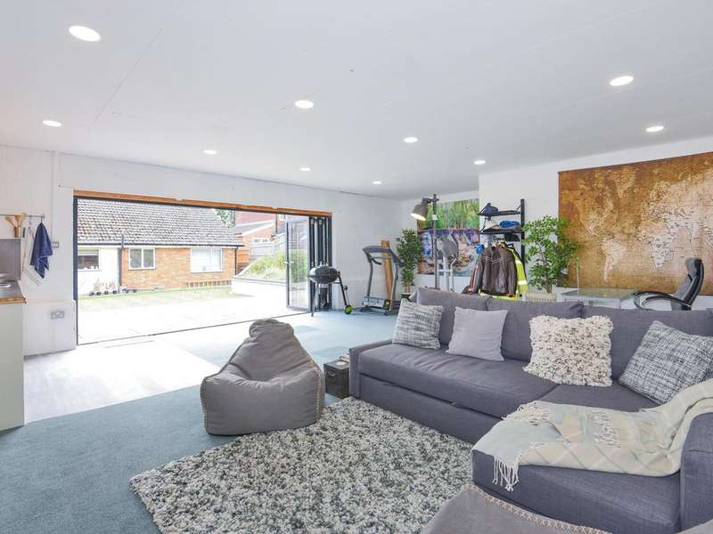 3 Bedrooms Bungalow for sale in Cockney Hill, Tilehurst, Reading, RG30
