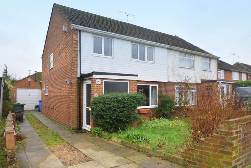 3 Bedrooms Semi Detached House for sale in Meadow Way, Old Windsor, SL4
