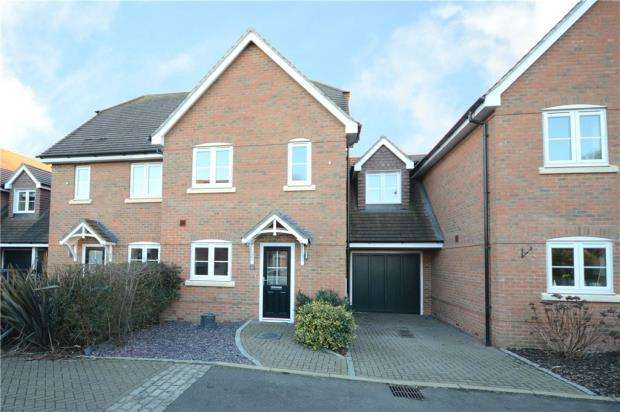 3 Bedrooms Terraced House for sale in Whitmore Close, Sandhurst, Berkshire