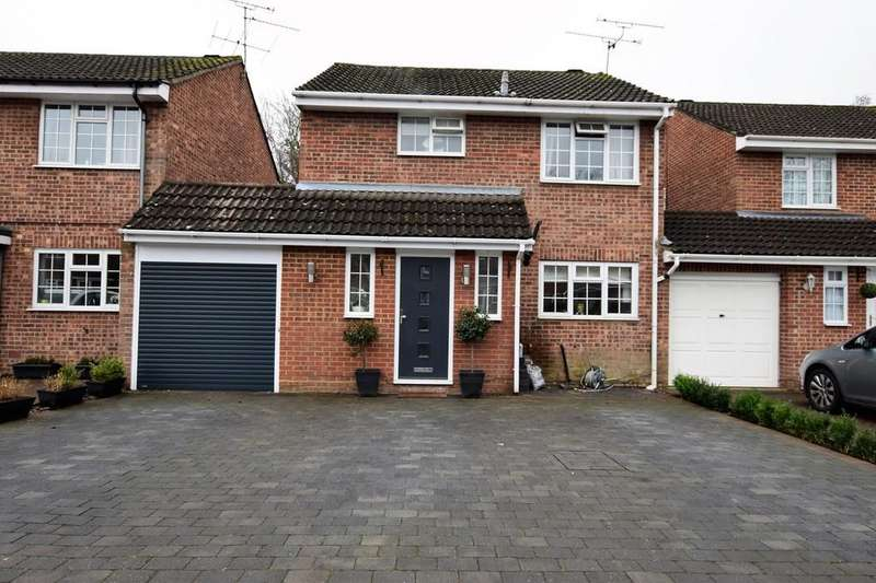 3 Bedrooms Link Detached House for sale in Sidlaws Road, Farnborough