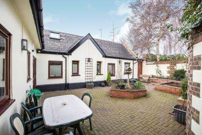 5 Bedrooms Bungalow for sale in Priory Street, Cheltenham, Gloucestershire