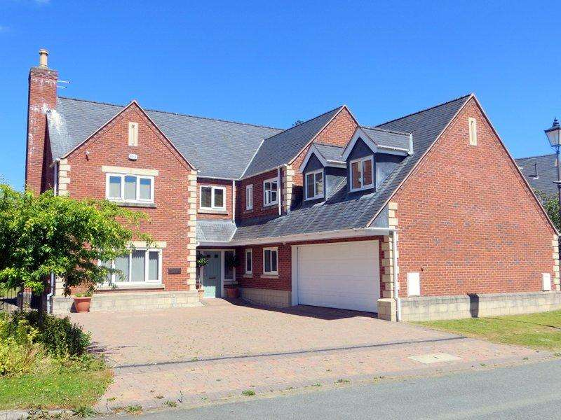 5 Bedrooms Detached House for sale in Montague House, 4 Refail Park, Revel, Berriew, Welshpool SY21 8BF
