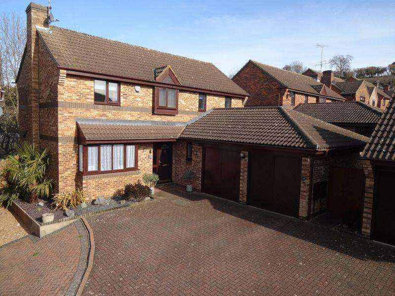 5 Bedrooms Detached House for sale in Lippitts Hill, Luton