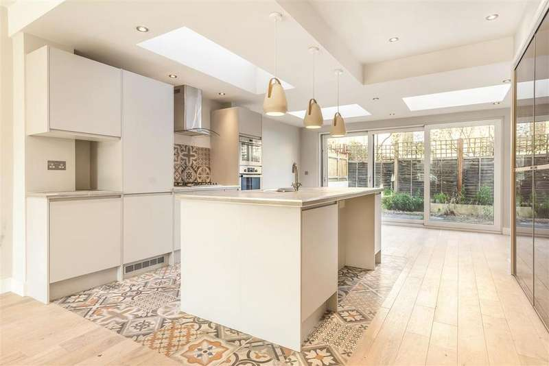 4 Bedrooms Terraced House for sale in Latchmere Road, SW11