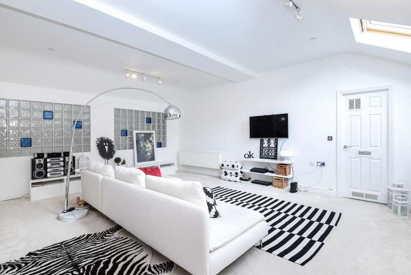 3 Bedrooms Flat for sale in Princess Park Manor East Wing, Royal Drive, London, N11