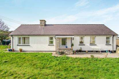 2 Bedrooms Bungalow for sale in Eifl Road, Trefor, Caernarfon, Gwynedd, LL54