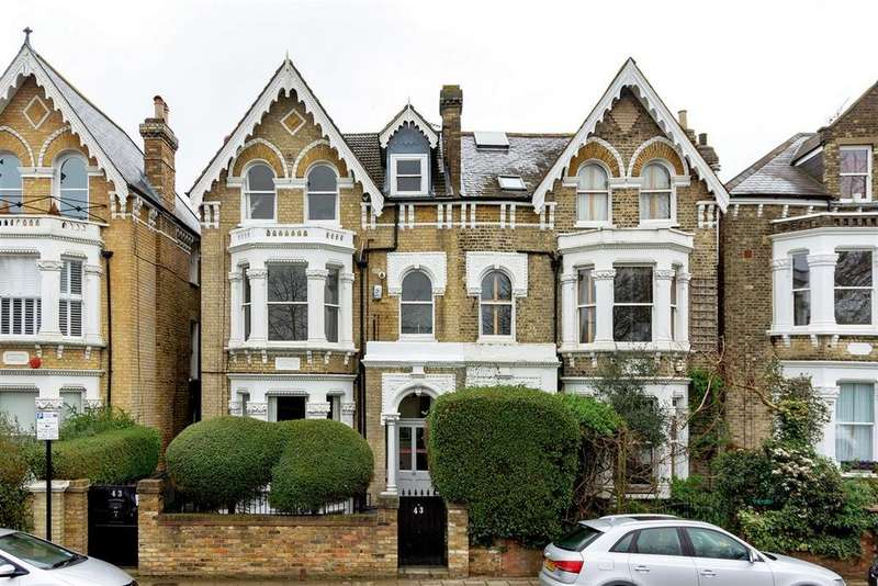 2 Bedrooms Flat for sale in Bolingbroke Grove, SW11